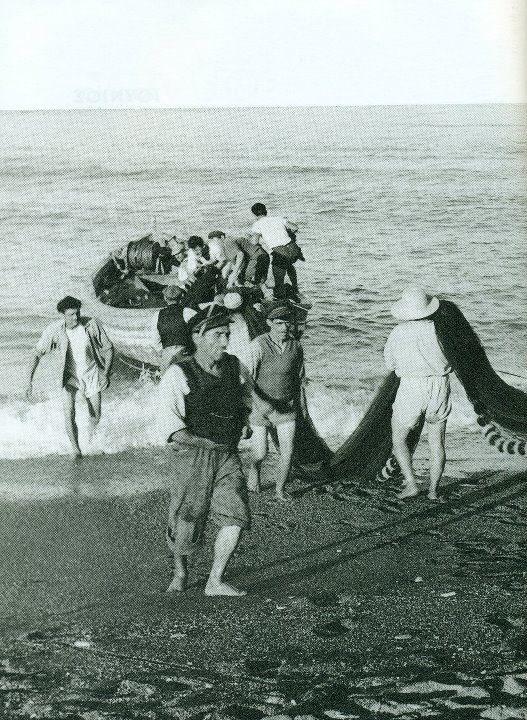 Προετοιμασία για το ψάρεμα, Αγιόκαμπος 1950,φωτ.Τάκη Τλούπα