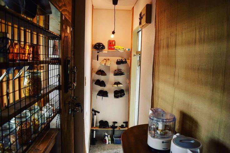 いいね!1,012件、コメント18件 ― 奥平さん(@okudaira.m)のInstagramアカウント: 「玄関の照明も黒いコードに替えたし、少しづつだけどまとまってきた気がする👌 廊下はスッキリ通りやすいように雑貨達を取り除いてみた😁  #インテリア #男前インテリア #インテリアコーディネート…」