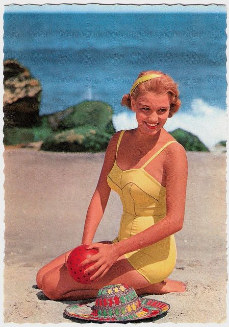 Such a lovely, youthful, perfectly summery vintage beach look. 50s