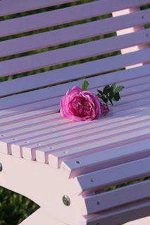 Trädgårdsmöbeln från Gåsens ladas utemöbler i ytterligare en färg (rosa). Beställ den hos oss och du får gratis fika för fyra!