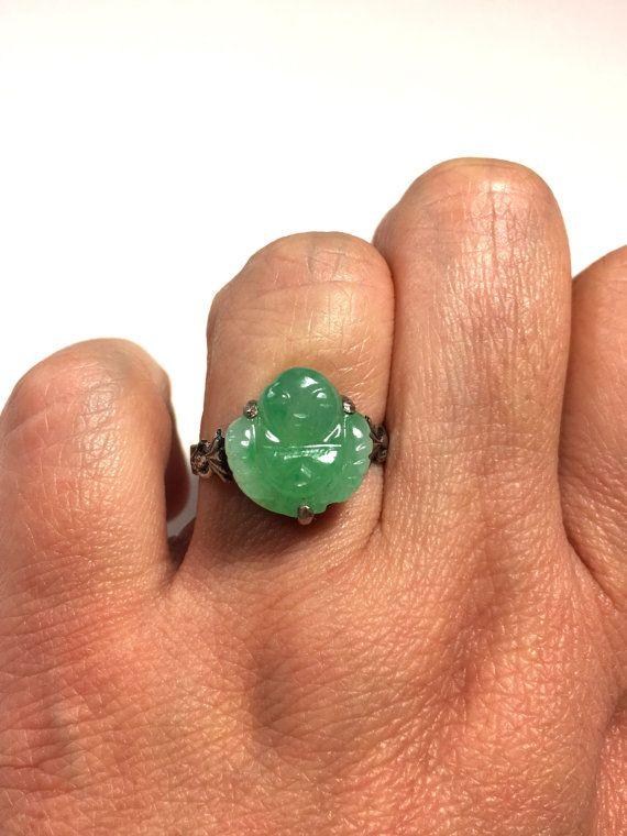 Si tratta di un naturale antico jade buddha anello colorato decorato con un intricato reticolo orientale. Con una fascia regolabile, questo anello ti dà la libertà di trovare la misura perfetta. Bei modelli collegare la band di argento per dare un tocco elegante. Questo anello è in
