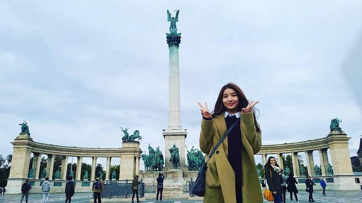 #여자친구 #GFRIEND #소원 #여자친구가사랑한유럽 #skyTravel #헝가리 #hungary #부다페스트 #budapest #영웅광장 #hősöktere #heroessquare 헝가리 건국 1000년을 기념하여 1896년에 지어진 광장이라고 해요! 대천사 가브리엘 동상과 함께 헝가리 역사상 위대한 14인의 근대지도자들의 상도 있다고 합니다🌞