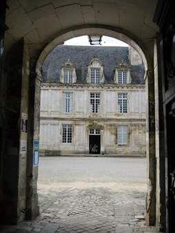 Visite, Château de Tanlay: vue du porche d'entrée.