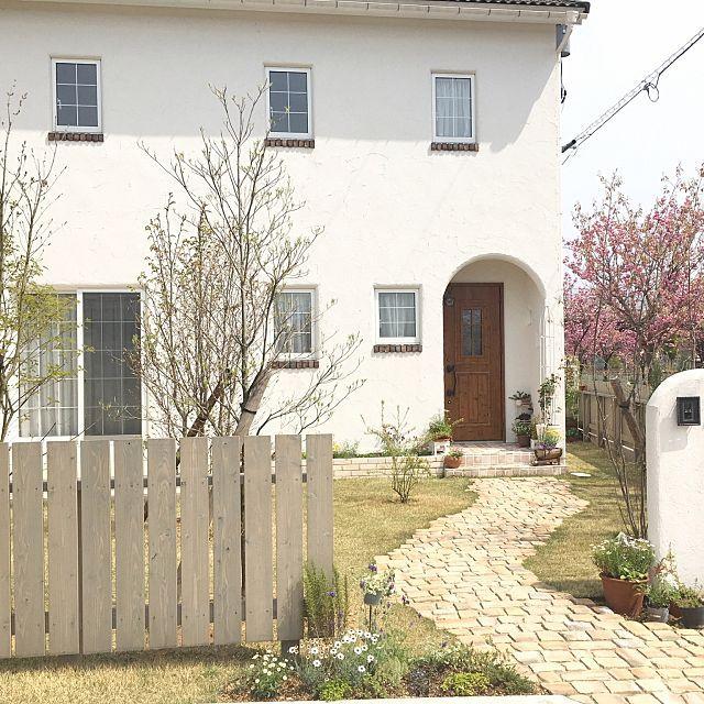女性で、4LDKのベッド周り/芝生/ファインタンブルストーン/外壁塗り壁/地植え花壇なに植えようかなー/ガーデニング…などについてのインテリア実例を紹介。「本日の門まわり。 街路樹の八重桜は、濃いピンク色で今年も良いアクセントになってくれています(*´∇`*) そしてずっと探していたブナを植樹しました!♡株立カッコイー♡好きー♡」(この写真は 2016-04-16 10:49:54 に共有されました)