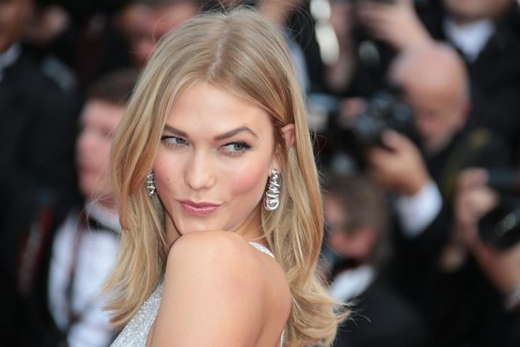 """Le festival de Cannes est l'événement par excellence du chic et du glamour. Le mannequin américaine #KarlieKloss en est l'illustration parfaite vêtue d'une """"jumpsuit"""" de @versaceofficial ."""