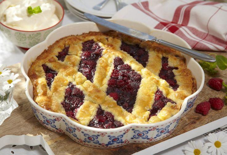 En absolutt favoritt på dessert- eller kakebordet. Smakfull lun pai med bringebær servert med pisket krem, vaniljesaus eller vaniljekesam til.