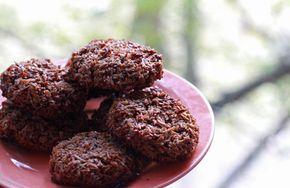 Иногда вот очень сильно хочется сладкого, а под рукой совсем ничего нет. Я нашел решение — вот эти кокосовые печенюшки — отличное спасение. Признаюсь, я не особый поклонник кокосов и всех кокосовых десертов, но здесь, благодаря какао — вкус получается именно шоколадным, а кокос дает лишь текстуру. Вы увидите, насколько элементарно оно готовится и, пожалуй,...