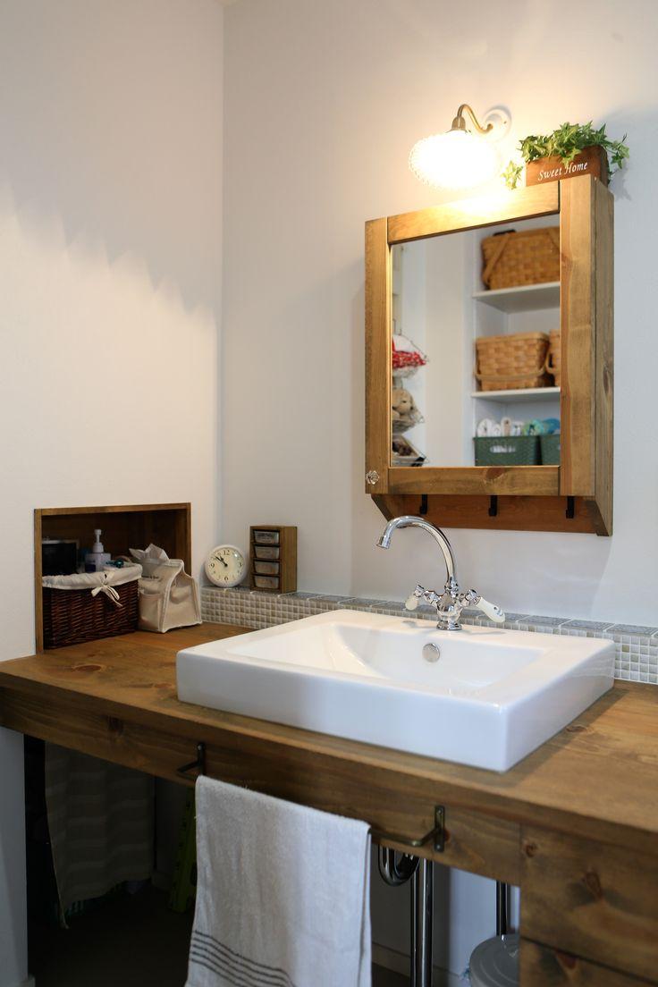 木製天板に洗面ボールをのせたシンプルな洗面台