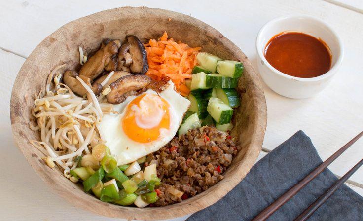 Bibimbap. Een heerlijk Koreaans gerecht met rijst, gehakt, ei en groenten. Met dit recept maak je het heel gemakkelijk zelf!