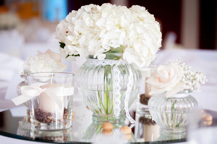 Elegante Tischdekoration mit weißen Hortensien