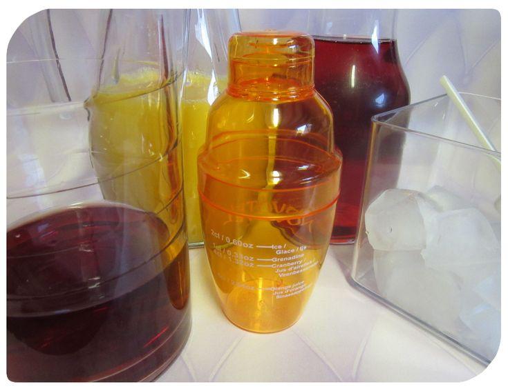 Kindercocktail: alcoholvrije cocktail met cranberrysap, sinaasappelsap en grenadine. Leuk om samen met de kinderen te maken voor een feestelijke gebeurtenis. van: www.compleetgeluk.be @annelorel