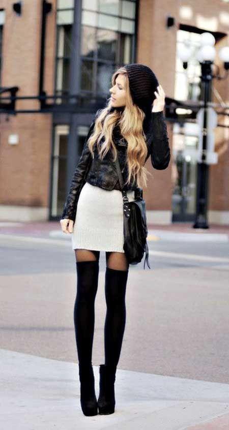 Beyaz mini etek, uzun siyah çoraplar, deri ceket ve siyah bere ile hem cool, hem tarz...