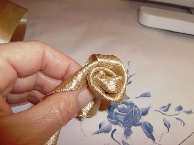 Rose di raso riciclo creativo rose di stoffa pinterest for Tutorial fermaporta di stoffa