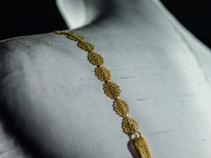 The strap of the exclusive Made to Measure Filigrane bra, interwoven macrame 24-carot gold thread.