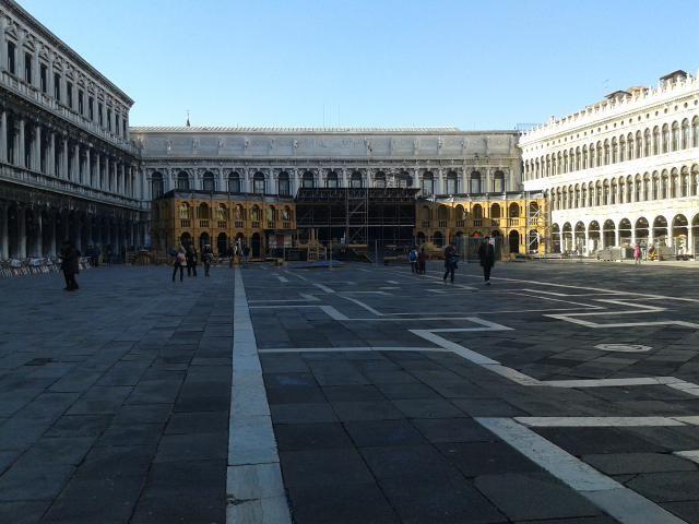 Questa mattina, passando da Piazza San Marco, abbiamo visto i preparativi in corso per il per il Carnevale di Venezia. Pronti?! marega.it
