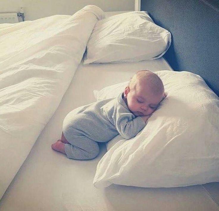 Idee/Inspiration für ein Fotoshooting mit Kind oder Baby: schlafend auf dem Kissen.