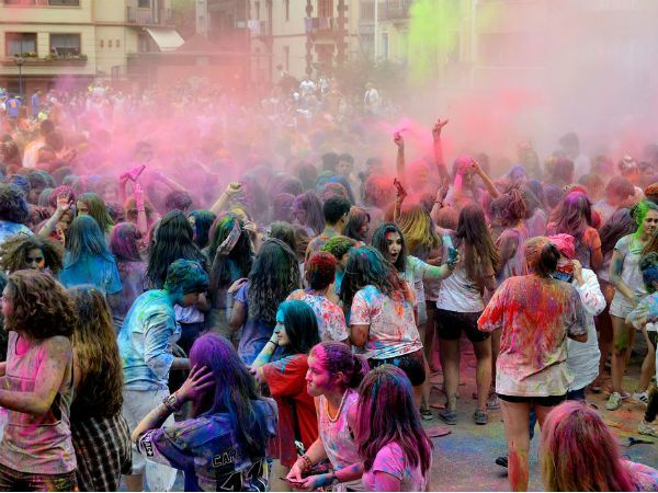 Read about the festivals of North India. Find out about Holi festival, Teej festival in Punjab, why is lohri celebrated and more.