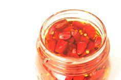 Non riesci a fare a meno del piccante d'inverno? Scopri come conservare il peperoncino sott'olio su peperoncino di Calabria.