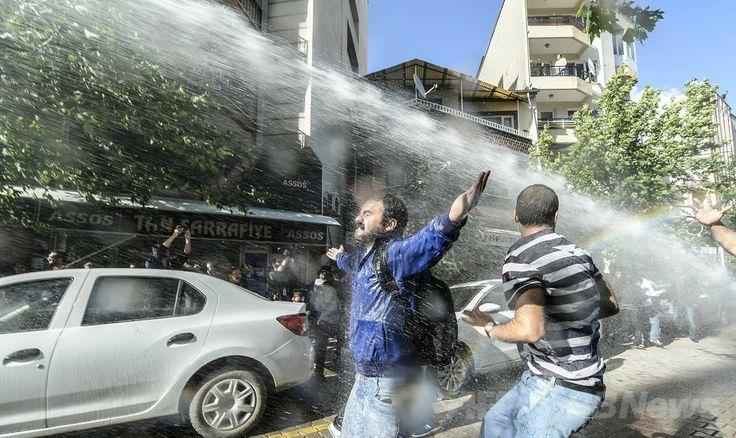 炭鉱爆発事故があったトルコ西部マニサ(Manisa)県ソマ(Soma)地区で、警察の放水銃で水を浴びせられるデモ参加者ら(2014年5月16日撮影)。(c)AFP/BULENT KILIC ▼17May2014AFP|トルコ炭鉱爆発現場でデモ、警官隊と衝突 高まる政府への怒り http://www.afpbb.com/articles/-/3015170