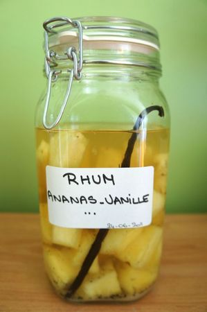 Rhum arrangé à l'ananas et à la vanille. Vu sur le web. Rhum Charrette bouteille, cubi et flasque disponible sur www.yumhbox.com