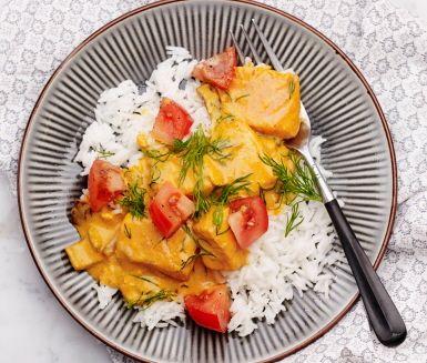 Riktigt mumsig laxgryta som tar smak av dill och tomat. Att dill och lax är bästa kompisar är sedan tidigare känt och den gröna örtkryddan tillför här det perfekta komplementet till den intensiva fisksmaken. Servera grytan med ris och toppa med färsk tomat.