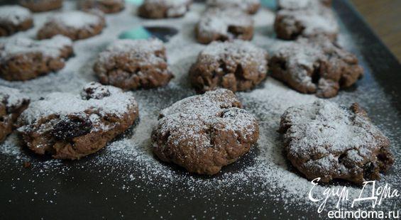 Изюм можно замочить в портвейне, роме или бренди. Шоколад не измельчайте в блендере, а порубите ножом, тогда в печенье будут попадаться небольшие кусочки. Тесто перед выпечкой нужно охладить, чтобы печенье стало более хрустящим.