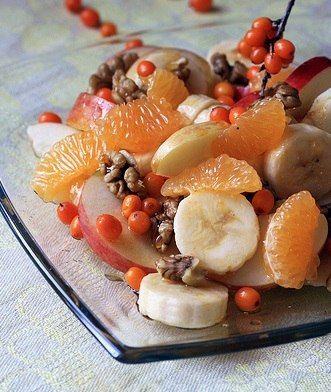 ФРУКТОВЫЙ САЛАТ С ОБЛЕПИХОЙ 2 яблока  1 банан  1 груша  50 гр. облепихи  200 гр. йогурта  грецкие орехи  очистите фрукты (фрукты можно выбрать на свой вкус) от кожуры, удалите сердцевину и нарежьте. Добавьте хорошо промытую облепиху и заправьте йогуртом. Посыпьте грецкими орехами.