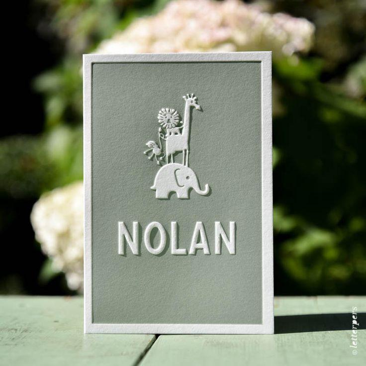 Dit lieve kaartje hebben we voor Nolan mogen ontwerpen. Op de voorkant komen zijn naam en de afbeeldingen naar voren door middel van de preeg.