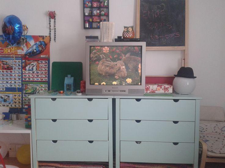Bättre än en tv-bänk, tv:n kommer högre upp och mer förvaring. Tvår furu-byråer från IKEA som målats mintgröna.