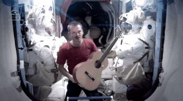 """Хэдфилд стал первым Канадцем, вышедший в открытый космос,сыграл песню   канадского фолк-певца Стэна Роджерса в его честь называется """"взять его со дня на день"""" вместе с трогательным посланием от своих земных коллег."""