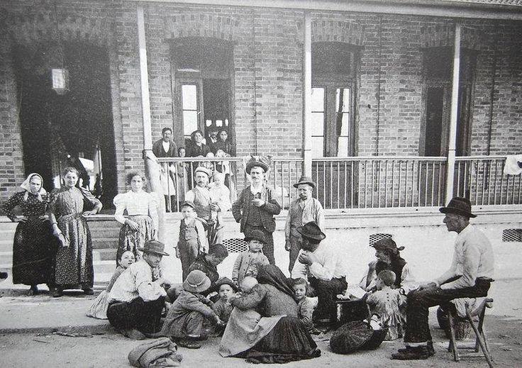 1890 - Imigrantes italianos na Hospedaria dos Imigrantes de São Paulo.