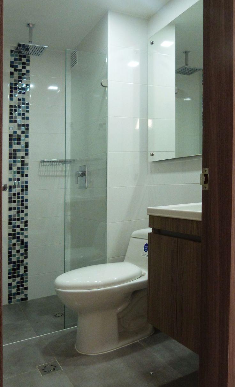Renovaci n ba o mosaico azul en vidrio proyectos l2 dise o en 2019 pinterest bathroom red - Banos con cenefas ...