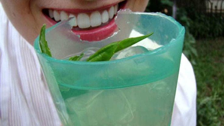 Un chico de 18 años diseña una máquina que fabrica vasos comestibles y biodegradables con un alga japonesa.  Se toma el líquido y se come el vaso sin producir desechos.