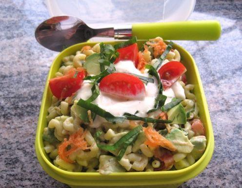 Für den Nudelsalat die Karotten waschen und fein reiben. Avocado entkernen, schälen, mit Zitronensaft beträufeln und in Würfel schneiden.