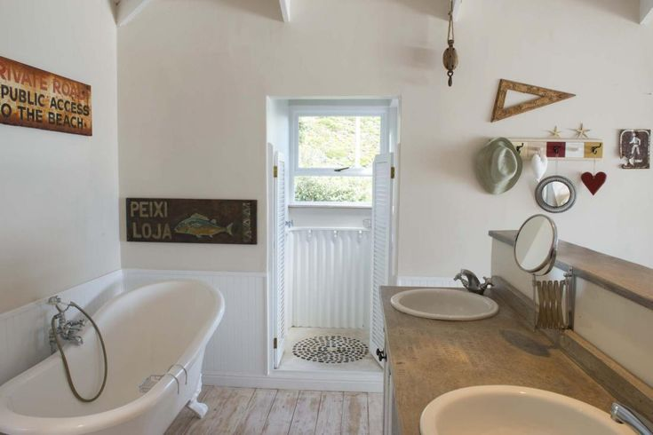 Открытая ванна в главной спальне на втором этаже с душевой с большим окном и видом на горы. .