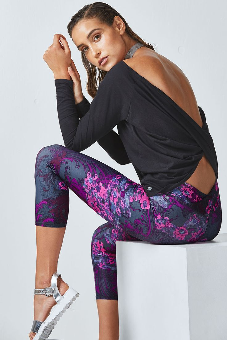 Notre haut au dos croisé à l'imprimé Dark Romance est nouveau et incroyable. Profitez de cette tenue de fitness évitant les frottements sur votre peau et relaxez-vous au yoga avec notre legging ¾ qui vous permet d'être libre de vos mouvements.