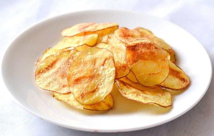 Burgonya chips recept egyszerűen: A tökéletes, roppanós, burgonya chips, amihez elég 5 percre a mikrohullámú sütőbe rakni a szeletelt burgonyát és máris ropogós, házi chipset kaphatunk. Megszórhatjuk előtte parmezánnal is, vagy maradhatunk a bevált olívaolaj, pici só kombinációnál.
