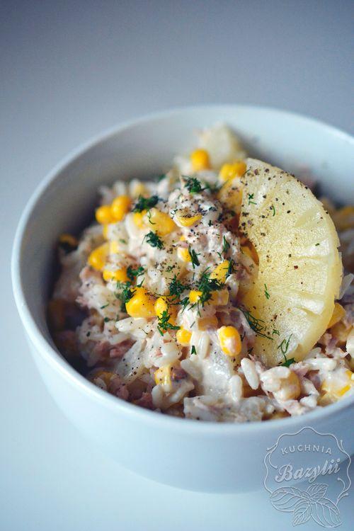 Sałatka ryżowa z tuńczykiem, kukurydzą i ananasem to bardzo smaczne połączenie. Jeżeli szukacie sałatek prostych i pożywnych, zdecydowanie do takich należy.