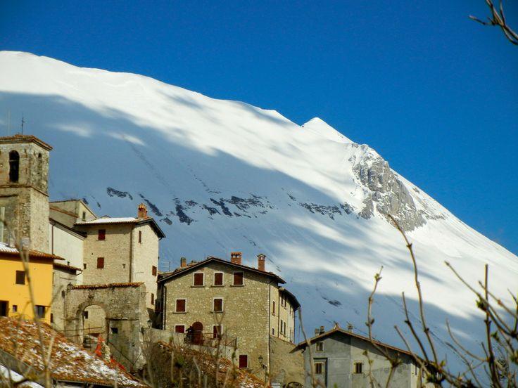 """Foto: Castelluccio di Norcia e """"scoglio dell'Aquila"""" - Escursioni guidate in montagna, corsi di escursionismo. Monti Sibillini, Gran Sasso-Monti della Laga (Marche_ Abruzzo).  """"Camminare in montagna è ginnastica per il corpo e per la mente."""""""
