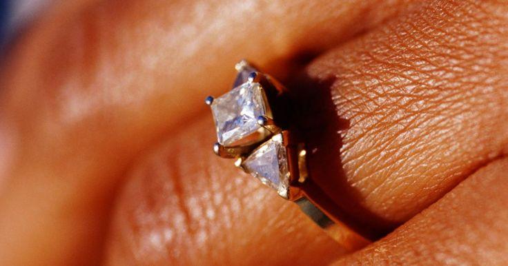 Cómo ajustar un anillo sin llevarlo a un joyero . Los dedos cambian de tamaño todo el tiempo. Ya sea debido a la ganancia o pérdida de peso, hinchazón, los anillos pueden ser demasiado pequeños un día y demasiado grandes al día siguiente. Ajustar las tallas de los anillos con un joyero puede ser costoso, y a veces todo lo que necesitas es una solución temporal. Varios métodos sencillos están ...
