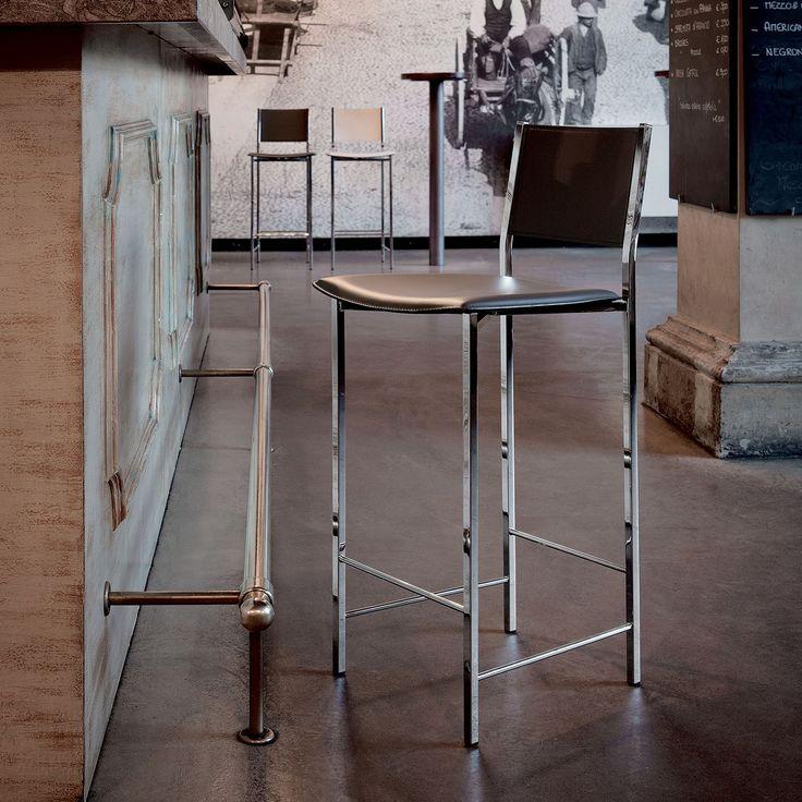 Lo sgabello Alessio di Cattelan ha un telaio in acciaio cromato, verniciato con schienale e sedile in cuoio e cuciture standard.