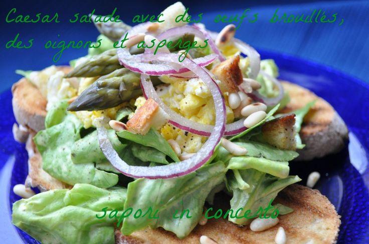 Sapori in concerto: Caesar salade avec des oeufs brouillés, des oignons et asperges