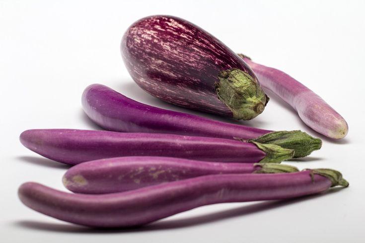 Riquísima para utilizar en un montón de #recetas, la #berenjena es baja en calorías, rica en antioxidantes, calcio, hierro y fósforo, y ayuda a reducir el colesterol.