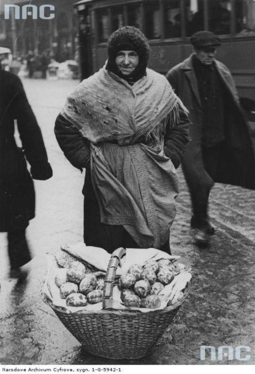 Uliczna sprzedaż pączków w Warszawie, 1934.jpg Uliczna sprzedaż pączków w Warszawie, 1934. fot. NAC