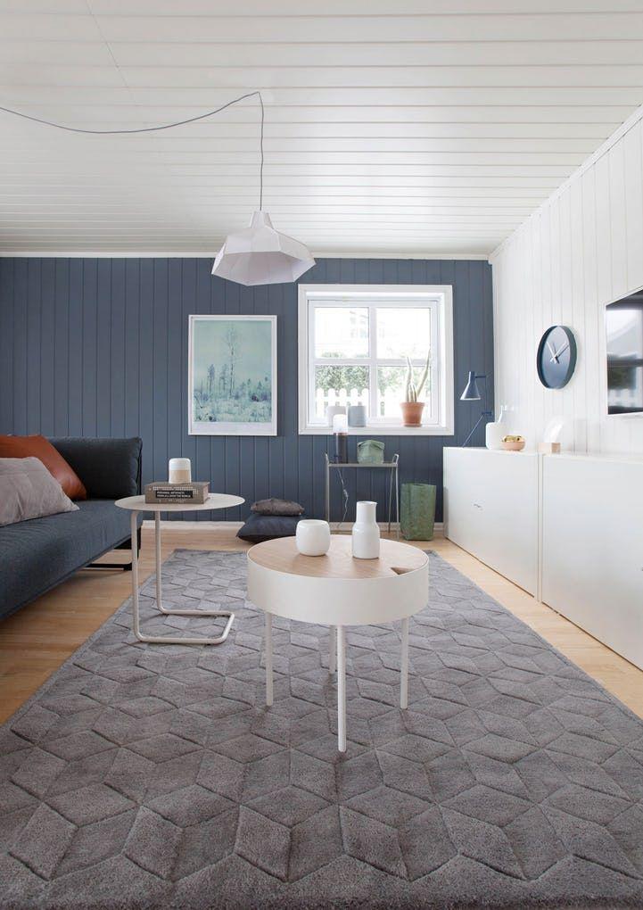 Blåfargen Byge fra Jotun på veggen i en tv-stuen