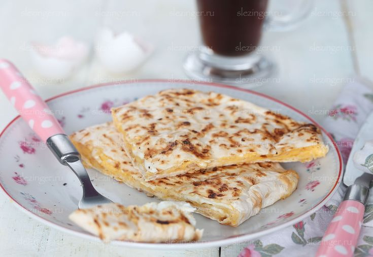 Отличный вариант для завтрака - полезный сырный омлет в лаваше. Очень вкусно, сытно, необычно, а готовить легко и просто. В начинку также можно добавить овощи или кусочки курицы по желанию. Без