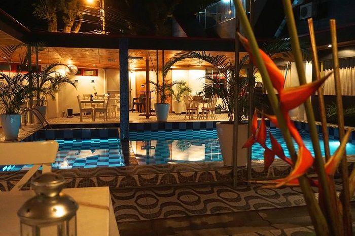 Hotel Holland Lodge Paramaribo is gelegen aan de Mahonylaan in Paramaribo op loopafstand van het historische centrum en uitgaansgebied. Het kleinschalige familie hotel heeft slechts 12 eenvoudig ingerichte kamers met douche/toilet, TV en airconditioning, en 2 daarvan zijn speciaal ingericht voor mindervalide gasten. Het hotel heeft een buitenzwembad met terras, wifi en een restaurant en …
