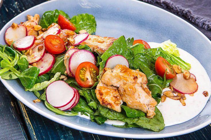 Микс салат с индейкой и орехово-сырным соусом