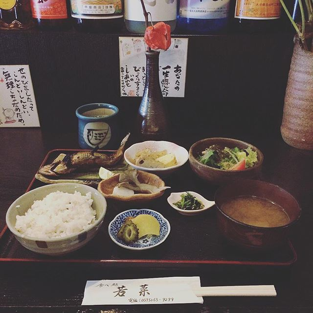 【hayashitokeiho】さんのInstagramの写真をピンしています。《【食道楽夢録】小生本日お休みを頂いております✨我が家へ来客ありの為しばし待機中#昼餉 ✨三重県名張市にある#若菜 さんはTHE地元の知る人ぞ知る小料理屋ですが大将の焼く魚が#ぎょぎょぎょ ッとなるぐらい美味しい#日替わり定食#鮎塩焼き#まるごと#美味しくいただきました# 背伸びをしたってしんどいしんどい無理しちゃ#だめよーだめだめ これからも自然体でいきます❤️#三重県#津市#林#親父#時計屋#時計#本日も元気に営業中#食道楽#グルメ#美食#昼ごはん#和食#魚#さかなくん#鮎#あゆ#大好き#日本人##日本#美し国》