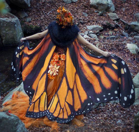スペインのファッションデザイナーによるEl Costurero Realでは蝶をモチーフにしたマントをetsyショップで販売しています。 以前、鳥の翼を描いたスカーフを販売しているオーストラリア、メルボルンのRozaさんをご紹介しましたが、El Costurero Realは蝶をモチーフにしています。モデルとなった女性たちが今にも舞い上がりそうですね。 El Costurero Realはこれらの他に演劇、映画、オペラ、テレビ用の衣装デザイナーを手掛けています。オフィシャルサイトを見るとスチームパンク、ディーゼルパンクなどの他にファンタジックで幻想的な衣装も多数掲載されています。       【次ページ】           mymodernmet